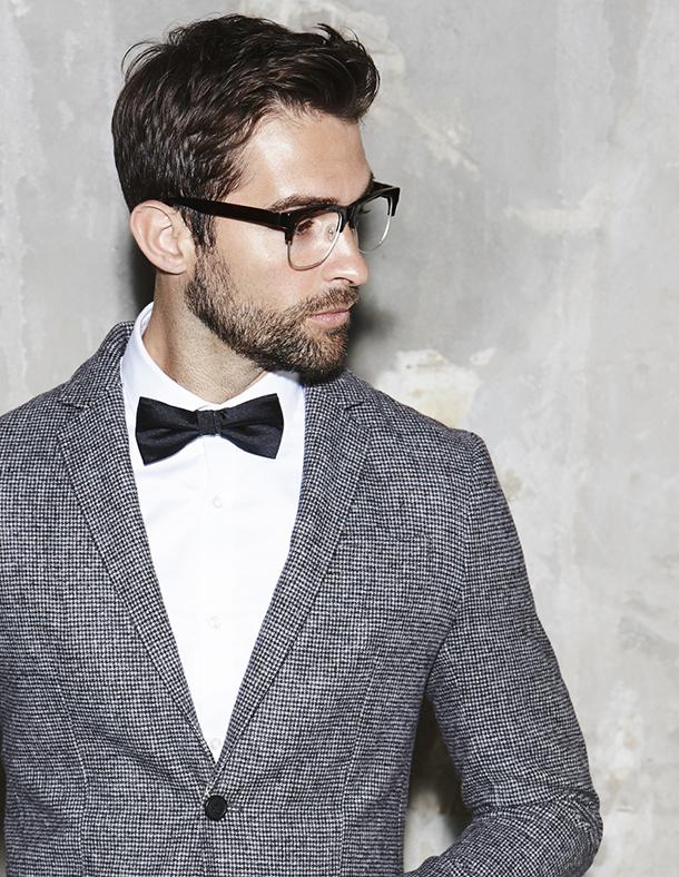 Mann mit Anzug und Brille